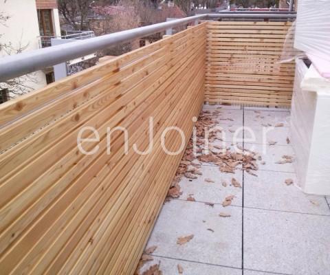 Drewniany taras na balkonie