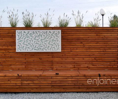 Ścianka z siedziskiem drewnianym i obrazem