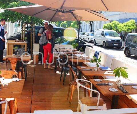 drewniany ogródek restauracyjny enJoiner