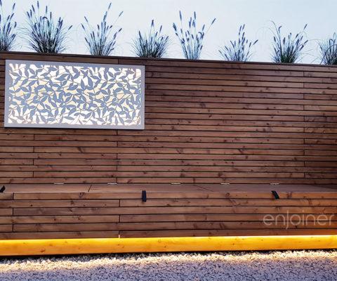 Drewniana ścianka z siedziskiem drewnianym i oświetleniem
